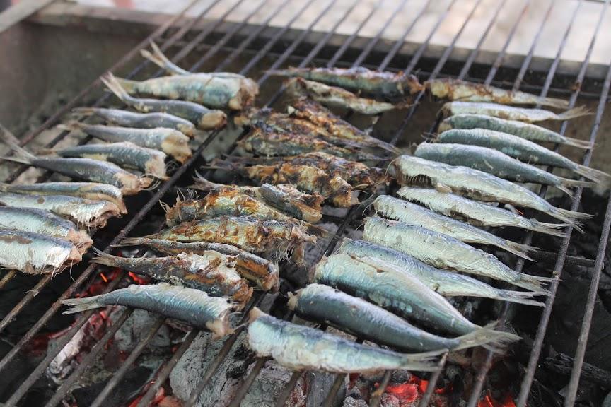Pienet kalat hiilloksella