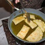 Kalitsuniat, juustopiiraat kypsyvät oliiviöljyssä