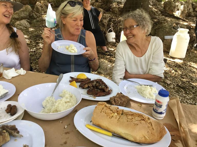 Iloinen pöytäseurue leipäkorin ääressä